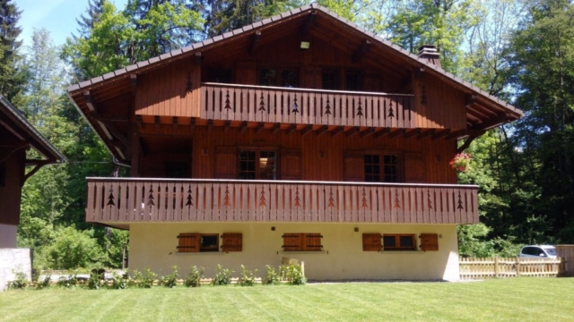 Chalet Milou Front in summer and garden