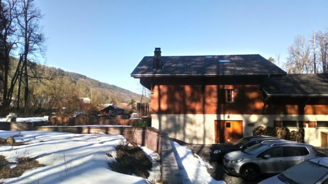 Chalet Milou side view with car parking
